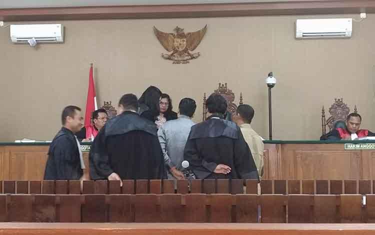 Ahli saat ditunjukan bukti surat oleh jaksa penuntut umum di hadapan majelis hakim dan terdakwa beserta penasihat hukumnya