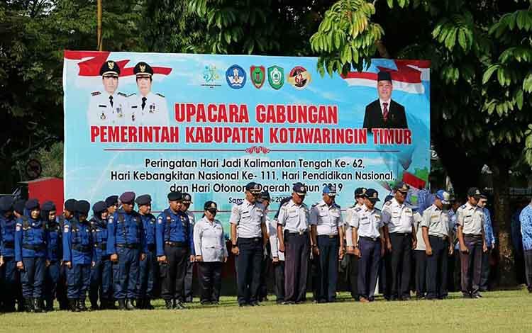 Sejumlah pegawai di lingkungan Pemkab Kotim saat mengikuti upacara HUT Kalteng di halaman kantor pemerintah daerah, Kamis, 23 Mei 2019.