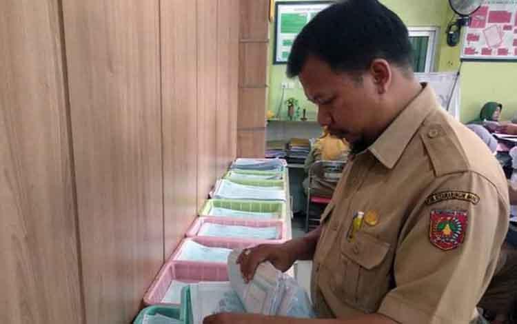 Petugas Disdukcapil Kobar saat beraktivitas melayani warga.