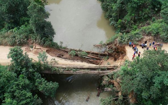 Jembatan penghubung antardesa di Kecamatan Menthobi Raya menuju Kecamatan Bulik Timur ambruk pada Kamis, 23 Mei 2019 pagi.