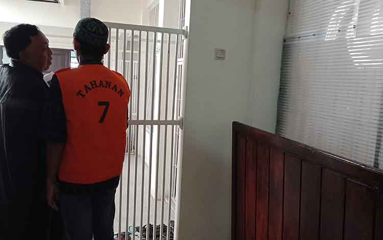 DK saat  bersama penasihat hukumnya usai jalani sidang di Pengadilan Negeri Sampit.
