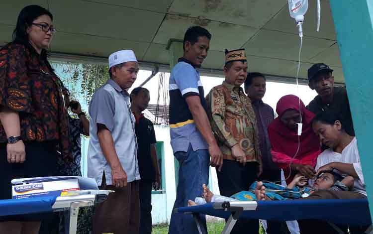 Bupati Kapuas Ben Brahim S Bahat (batik) mengunjungi korban keracunan massal di RSUD Kapuas, Jumat, 24 Mei 2019
