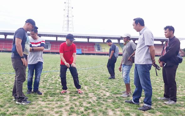 CEO Kalteng Putra Agustiar Sabran (kaos merah) mengecek kondisi rumput Stadion Tuah Pahoe, Kota Palangka Raya, Kamis, 23 Mei 2019.