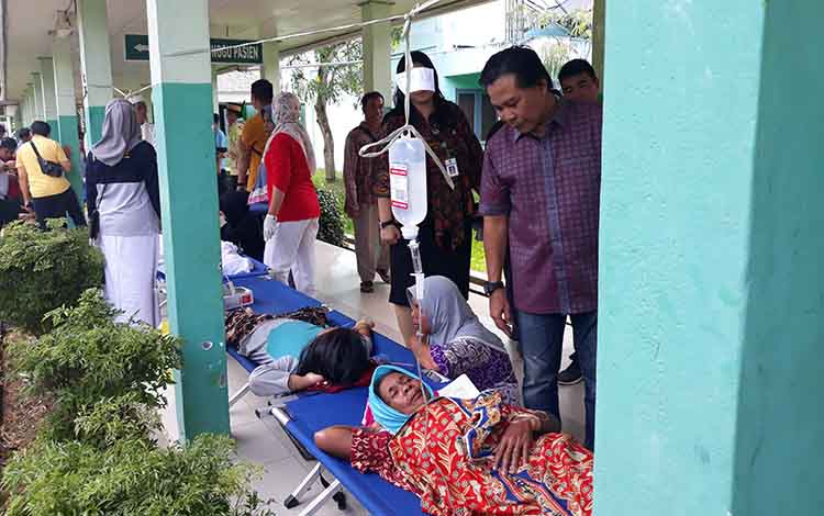 Ketua DPRD Kapuas Algrin Gasan membesuk para korban keracunan yang sedang di rawat di RSUD dr Soemarno Sosroatmodjo Kuala Kapuas, Jumat, 24 Mei 2019