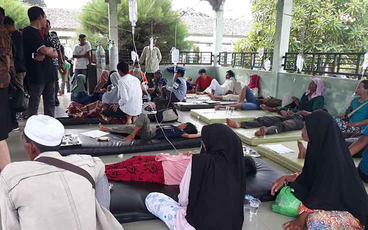 Sejumlah warga korban keracunan massal mendapatkan perawatan medis di RSUD Kapuas pada Jumat, 24 Mei 2019 sore.