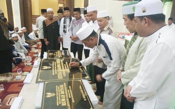Bupati Kotim Supian Hadi disaksikan Wakil Bupati Taufiq Mukri dan Ketua DPRD Jhon Krisli menandatangani prasasti peresmian rumah jabatan bupati, Jumat, 24 Mei 2019.