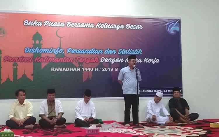 Kepala Diskominfo Provinsi Kalteng Herson B Aden saat memberi sambutan pada buka puasa bersama di Aula Diskominfo, Jumat, 24 Mei 2019.