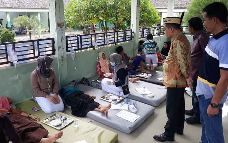 Bupati Kapuas Ben Brahim S Bahat (batik) saat mengunjungi korban keracunan massal di RSUD dr Soemarno Sosroatmodjo Kuala Kapuas. Jumat, 24 Mei 2019.