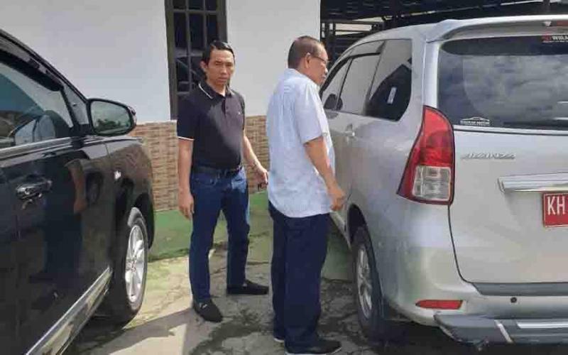 Kasi Pidsus Kejari Barsel, Bayu Permady (kaos hitam) saat membawa Wakil Ketua I DPRD Barsel ke Rutan Buntok.