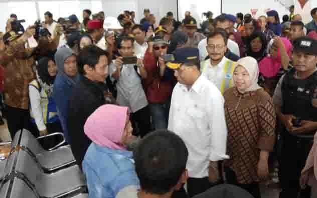 Menteri Perhubungan RI, Budi Karya didampingi Bupati Kobar, Nurhidayah menyapa calon pemudik di Kobar.