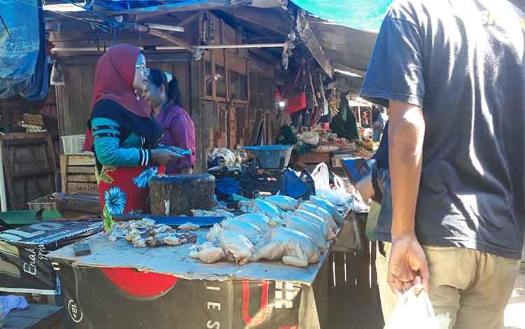 Pedagang ayam di Pasar Indra Sari Pangkalan Bun.