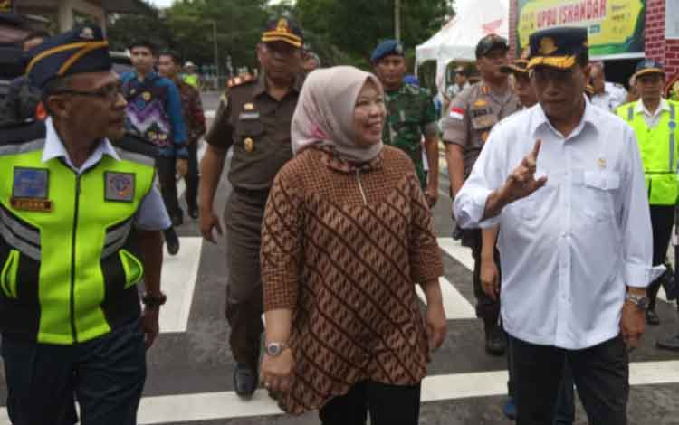 Kunjungan Menhub RI Budi Karya Sumadi ke Kabupaten Kobar, didampingi Bupati Nurhidayah.