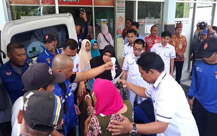 Korban keracunan massal yang dievakuasi ke RSUD dr Soemarno Sosroatmodjo Kuala Kapuas pada Jumat, 24 Mei 2019.