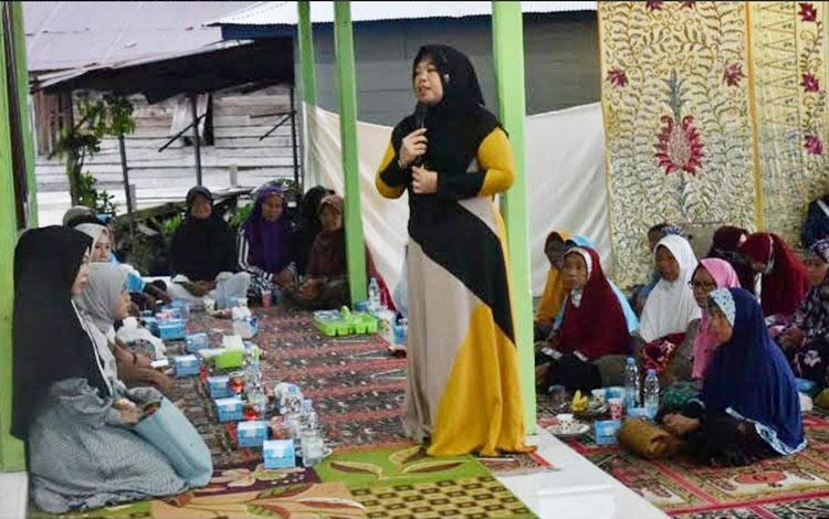 Bupati Kotawaringin Barat Hj Nurhidayah saat berbuka puasa di Kelurahan Raja Seberang