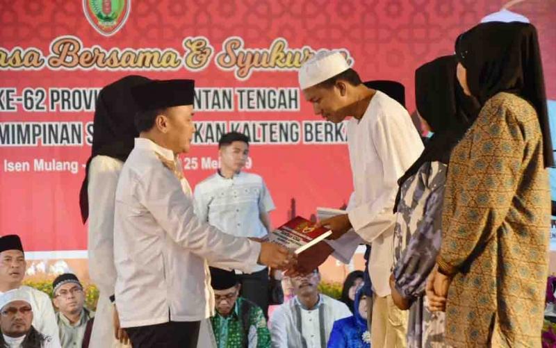 Gubernur Kalimantan Tengah, Sugianto Sabran menyerahkan bantuan untuk korban kebakaran kompleks Puntun, Sabtu, 25 Mei 2019.