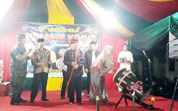 Bupati Kotawaringin Barat Hajah Nurhidayah memukul beduk tanda dimulainya Festival Kriang Kriut, Minggu, 26 Mei 2019.