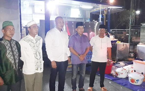 Ketua DPRD Kapuas Algrin Gasan bersama sejumlah anggota dewan lainnya saat meninjau dapur umum yang di RSUD dr Soemarno Sosroatmodjo, Kuala Kapuas, Minggu, 26 Mei 2019.