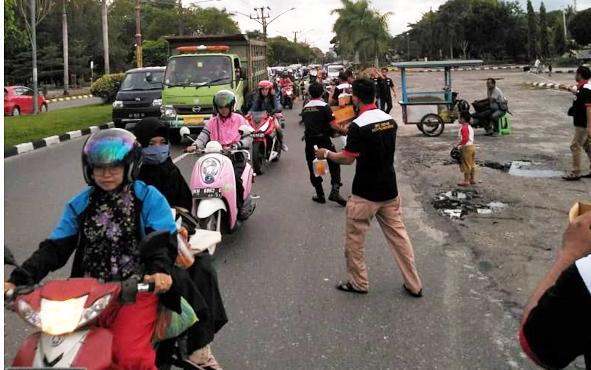 Anggota Gepak saat membagikan takjil di Jalan Yos Sudaroso, Kota Palangka Raya, Minggu, 26 Mei 2019.