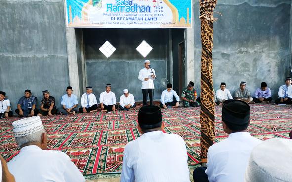 Sekda Barito Utara Jainal Abidin saat membacakan sambutan Bupati Nadalsyah pada kegiatan Safari Ramadan di Masjid Al Malik, Desa Lahei II Seberang, Kecamatan Lahei, Minggu, 26 Mei 2019.