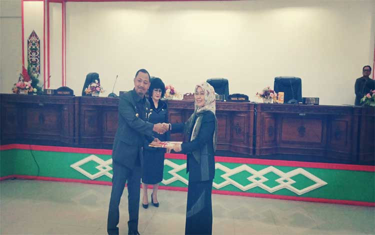 Bupati Barsel, Eddy Raya Samsuri menyerahkan draf Raperda kepada Wakil Ketua II DPRD Rayuhani