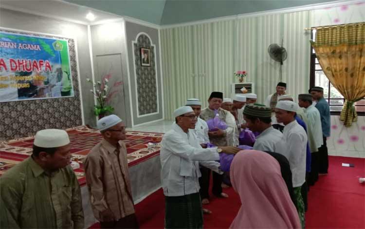 Kepala Kemenag Kapuas, Ahmad Bahruni membagikan paket sembako kepada kaum dhuafa, Senin, 27 Mei 2019