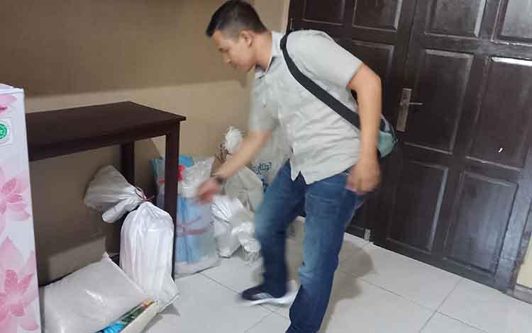 Sampel beras oplosan saat di Kejaksaan Negeri Kotawaringin Timur.