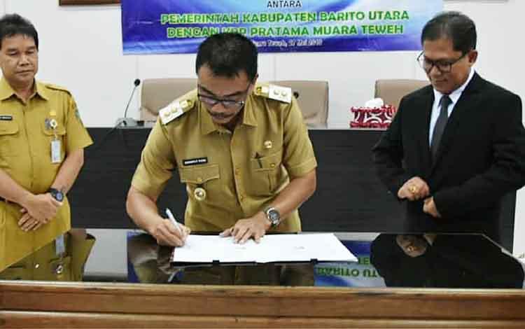 Wakil Bupati Barito Utara, Sugianto Panala Putra menandatangani kesepakatan bersama perpajakan, Senin 27 Mei 2019