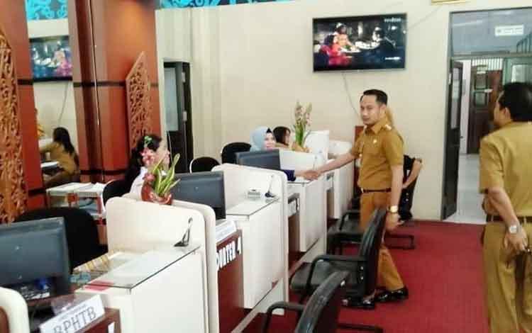Wali Kota Palangka Raya saat melakukan pengecekan layanan publik di gerai pelayanan pajak dan retribusi daerah