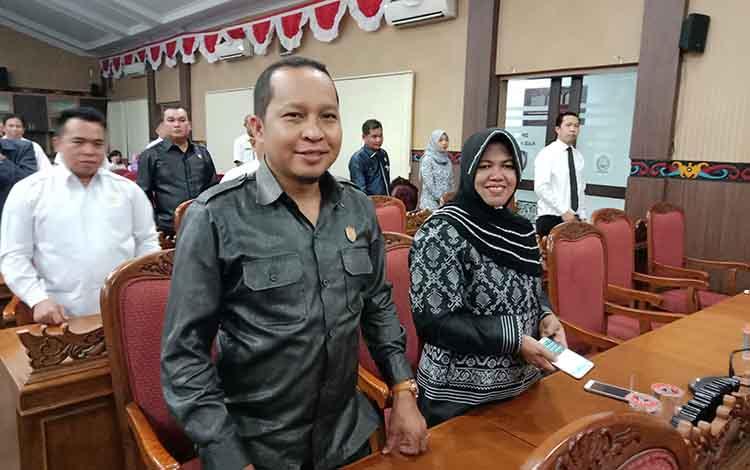 Anggota Komisi I DPRD Kotawaringin Timur, Syahbana saat rapat di DPRD.