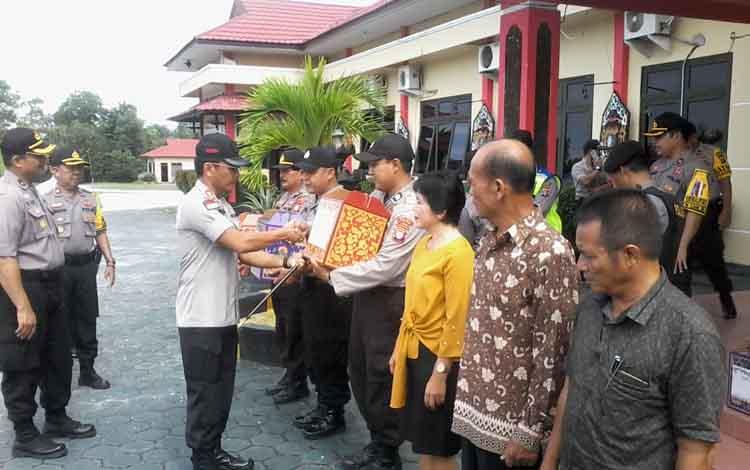 Kapolres Katimgan AKBP E Dharma B Ginting menyerahkan bingkisan lebaran kepada anggotanya dan pihak lainnya.