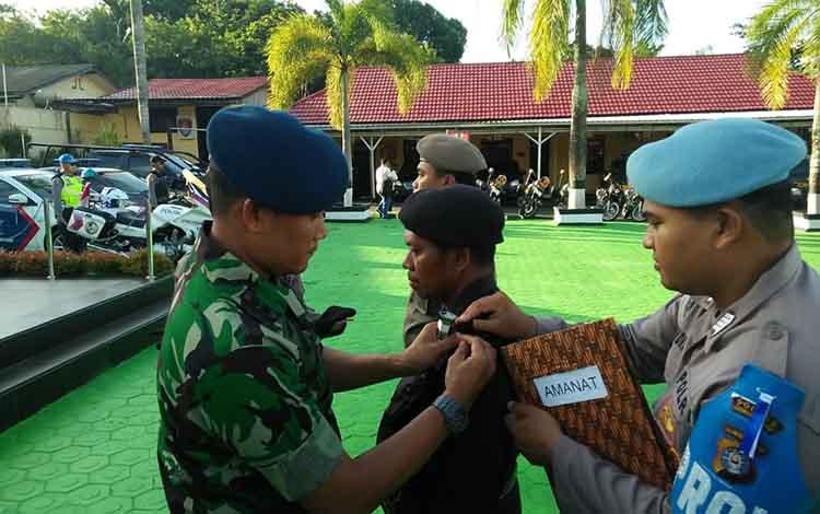 Danlanud Iskandar Pangkalan Bun Letkol Pnb Didik Setya Nugroho menyematkan pita pada apel gelar pasukan Operasi Ketupat Telabang, Selasa, 28 Mei 2019