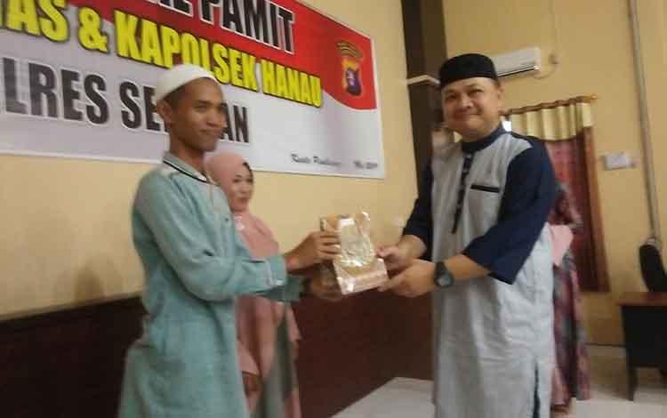 Kapolres Seruyan AKBP Ramon Z Ginting memberikan cinderamata kepada mantan Kapolsek Hanau Ipda Prio Amboro saat acara kenal pamit, Selasa 28 Mei 2019