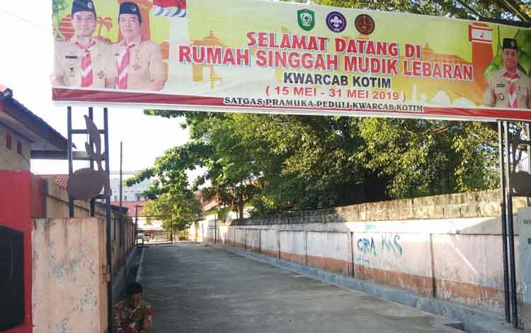 Tampak depan pintu masuk ke runah singgah bagi para pemudik di Pelabuhan Sampit, yang disiapkan pemerintah Kotim.