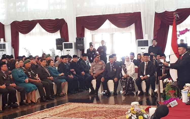 Bupati Pulang Pisau saat berada diantara para pejabat yang menghadiri pelantikan Bupati dan Wakil Bu