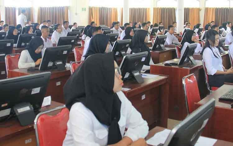 Sejumlah peserta tes CPNS saat melakukan tes sistem CAT beberapa waktu lalu.