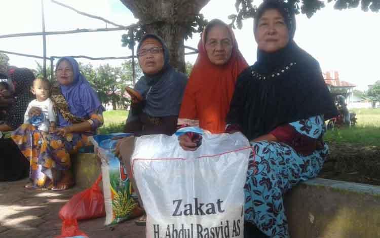Masyarakat Sukamara saat menerima zakat dari H Abdul Rasyid dan Hj Nuriyah.
