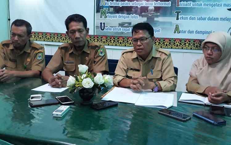 Direktur RSUD Kapuas Agus Waluyo (dua dari kiri)