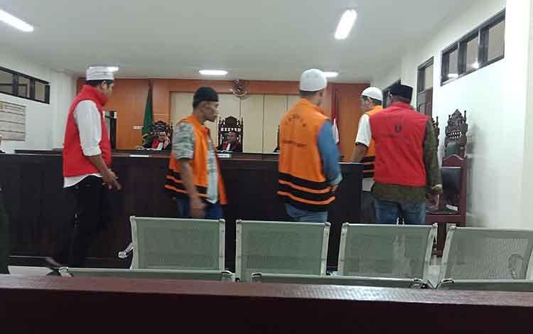 Ruman alias Lombok, Iwan, Raki, M Abdullah alias Amat, dan Ruslan alias Elan terdakwa pencuri sarang walet saat di ruang sidang