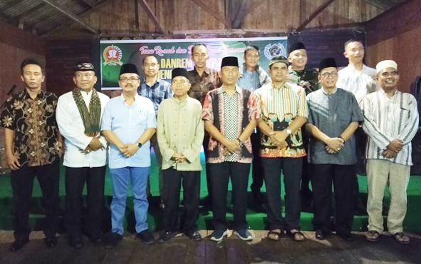 Kadiskominfo Kalteng Herson B Aden (tiga kiri) bersama Danrem 102/Panju Panjung Kolonel Arm Saiful Rizal (empat kanan) dan pejabat TNI, Polri, serta insan pers, seusai buka puasa bersama, Selasa, 28 Mei 2019.