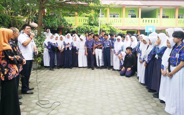 Kepala Dinas Pendidikan Kotim Suparmadi saat memberikan masukan kepada pelajar SMPN 2 Sampit, sebelum menerima pengumuman kelulusan, Rabu, 29 Mei 2019.