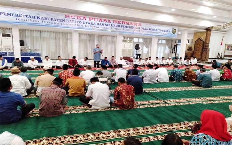 Bupati Barito Utara, Nadalsyah memberikan arahan kepada kepala desa, lurah dan camat saat acara buka bersama Apdesi, Rabu 29 Mei 2019