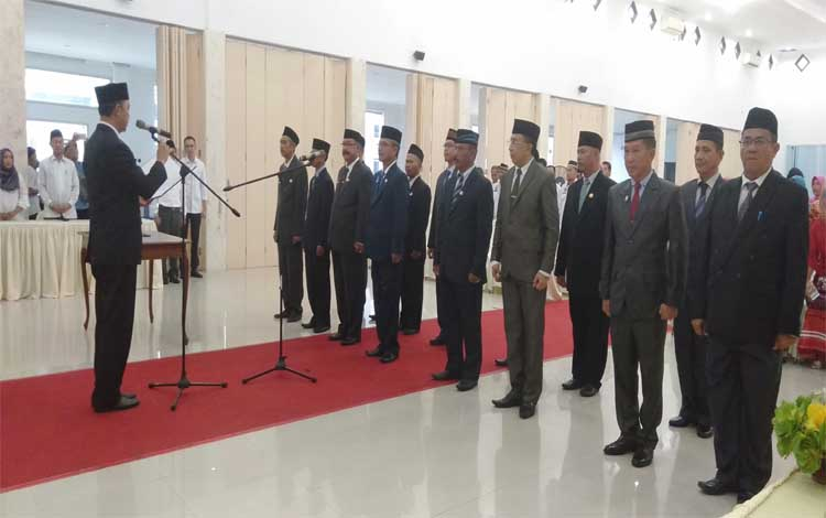 Bupati Sukamara Windu Subagio melantik 15 pejabat tinggi pratama dan pejabat administrator