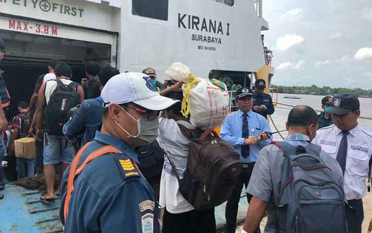 Sejumlah penumpang saat memasuki KM Kirana I yang akan berangkat menuju Semarang, Rabu, 29 Mei 2019.