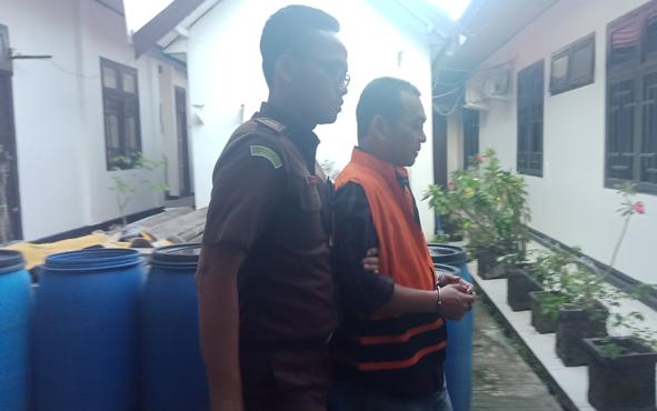 Basuki Purwadono (rompi oranye) tersangka kasus dugaan korupsi saat ditahan Kejari Kotawaringin Timur.