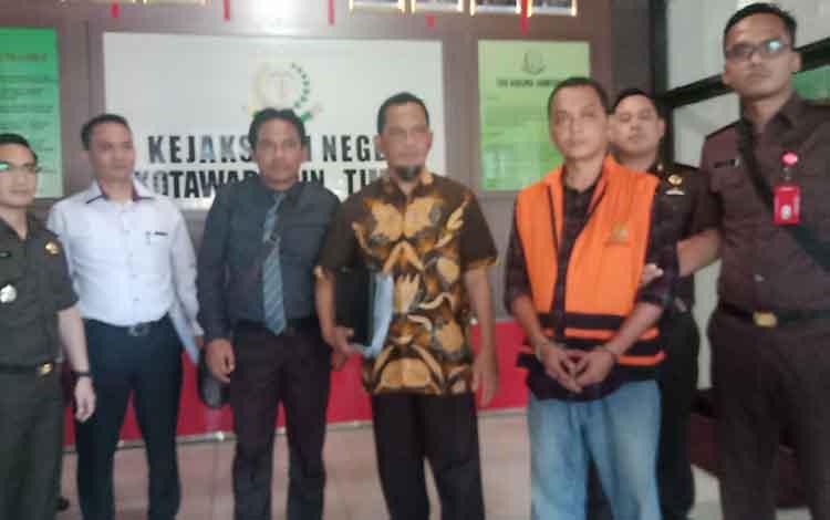 Basuki Purwadono saat ditahan jaksa Kejari Kotawaringin Timur menuju mobil tahanan didampingi kuasa hukumnya.