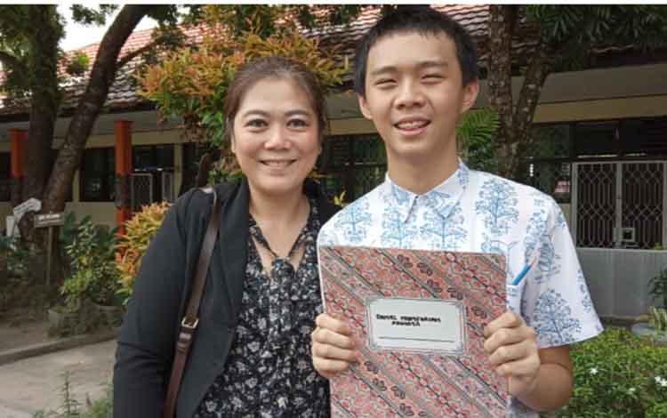 Daniel Numforian Adinata pelajar SMPN 1 Arsel peraih nilai UNBK tertinggi se Kalteng bersama ibunya dr. Novie Widjaja