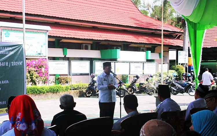 Kegiatan penyerahan zakat untuk kaum dhuafa Kota Palangka Raya di halaman Kantor Kemenag Kota Palangka Raya.