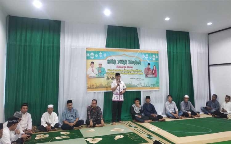 Kepala Disperkim Provinsi Kalimantan Tengah, Leonard S Apung, memberikan sambutan saat buka bersama
