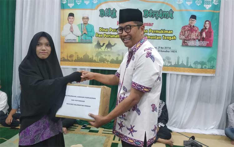 Kepala Dinas Perumahan, Kawasan Permukiman dan Pertanahan Kalimantan Tengah, Leonard S Ampung menyer