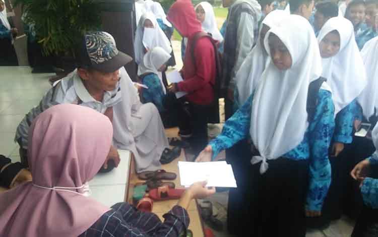 Siswa SMPN 1 Kuala Pembuang saat menerima hasil pengumuman kelulusan, Rabu 29 Mei 2019.